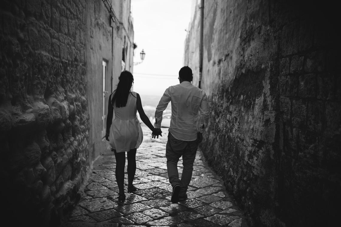 walking-passeggiata-bianco-e-nero-foto-ostuni